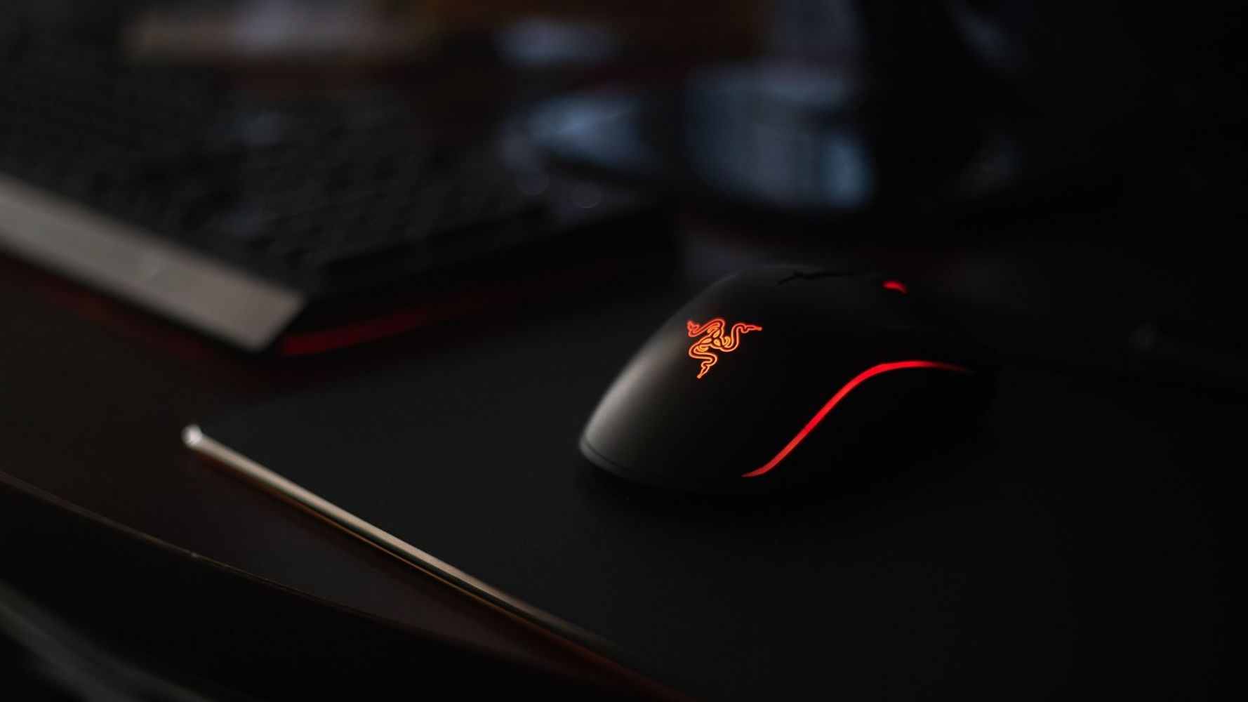 One of the best mouse for rainbow six siege - the Razer DeathAdder, placed on a mousepad.